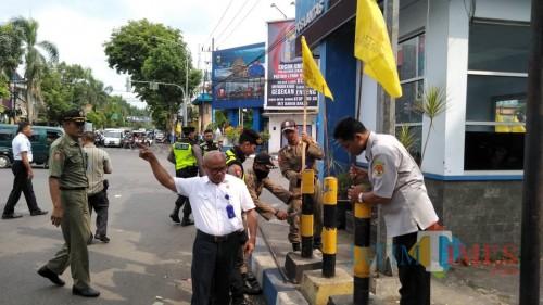 George Da Silva Koordinator Divisi Penindakan Bawaslu Kabupaten Malang, saat melakukan razia APK beberapa waktu lalu (foto: Nana/ MalangTIMES)