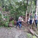 Material longsor yang sempat menutup jalan menuju dua wilayah pemukiman warga.
