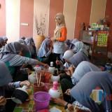 Nampak anak-anak usia pelajar belajar menghias gerabah di WEG Precet.(Foto : Team BlitarTIMES)