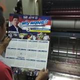 Pekerja Bintang Offset Malang mengecek hasil percetakan kalender pesanan caleg DPR RI. (Foto: Nurlayla Ratri/MalangTIMES)