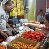 Penjual bumbu dapur di Pasar Besar Malang tengah melayani pembeli. (Foto: Nurlayla Ratri/MalangTIMES)