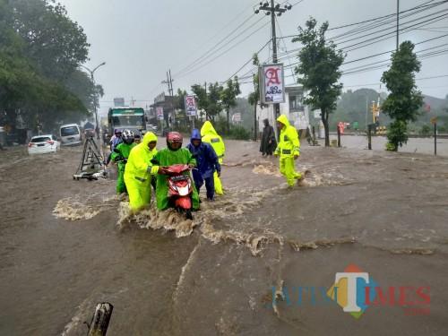 Petugas gabungan beserta anggota kepolisian saat mengevakuasi kendaraan yang terendam banjir, Kecamatan Lawang (Foto : Polsek Lawang for MalangTIMES)