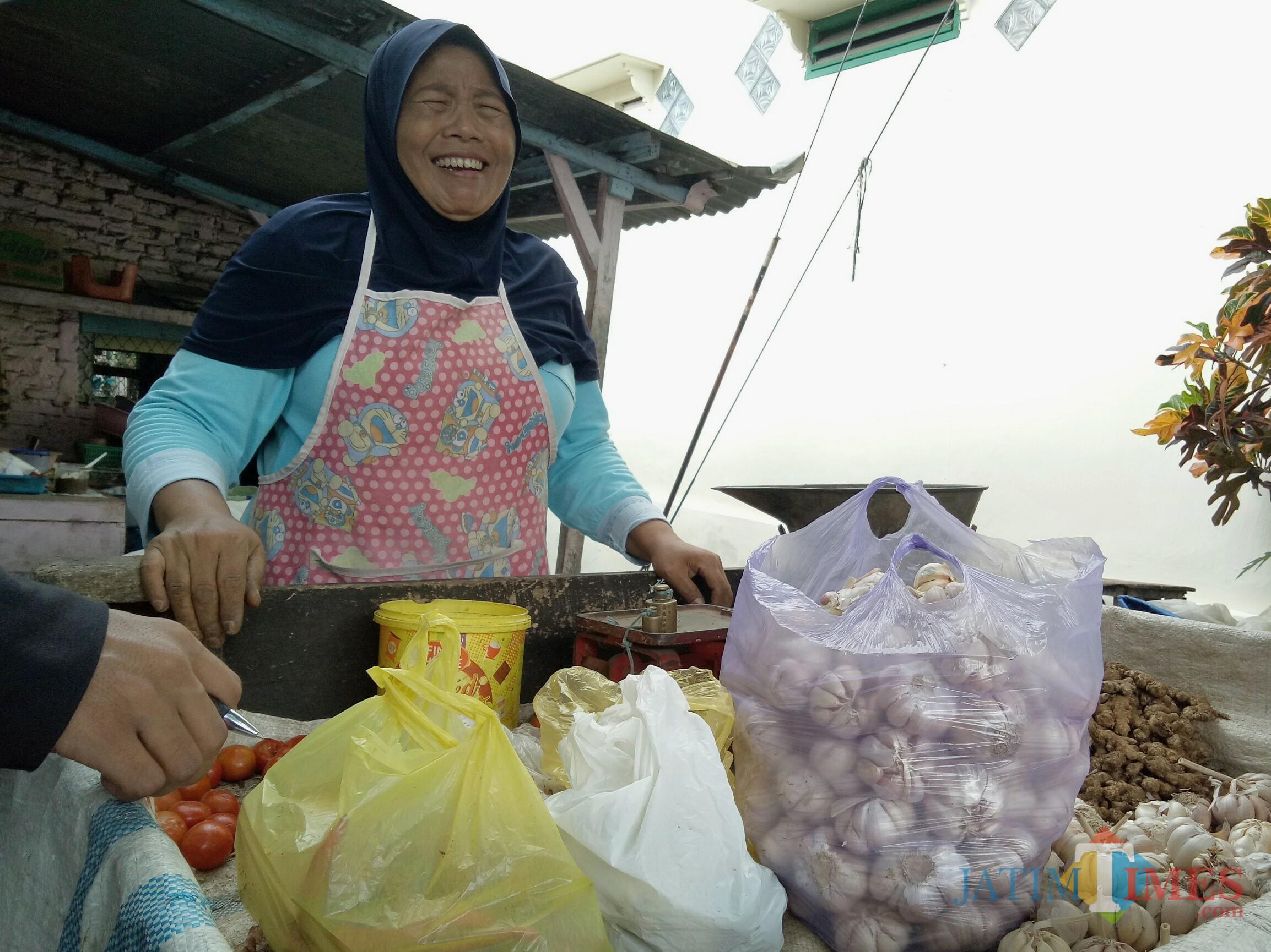 Salah satu pedagang di Pasar Kasin (Foto: Imarotul Izzah/Malang Times)