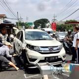 Kondisi mobil honda BRV saat dievakuasi di Ir Soekarno Kelurahan Dadaprejo Kecamatan Junrejo, Sabtu (5/1/2019). (Foto: Irsya Richa/MalangTIMES)