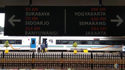 Papan penunjuk jarak tempuh kereta api ke berbagai kota tujuan dari Stasiun Kotabaru Malang. (Foto: Nurlayla Ratri/MalangTIMES)