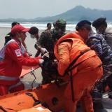 Petugas SAR menyelamatkan korban tenggelam dalam simulasi penanggulangan bencana Tsunami di Dusun Pancer, Desa Sumberagug, Kecamatan Pesanggaran,