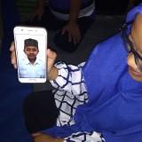 Siti Iswatun kakak korban saat menunjukkan foto adiknya. (Eko Arif S /JatimTIMES)