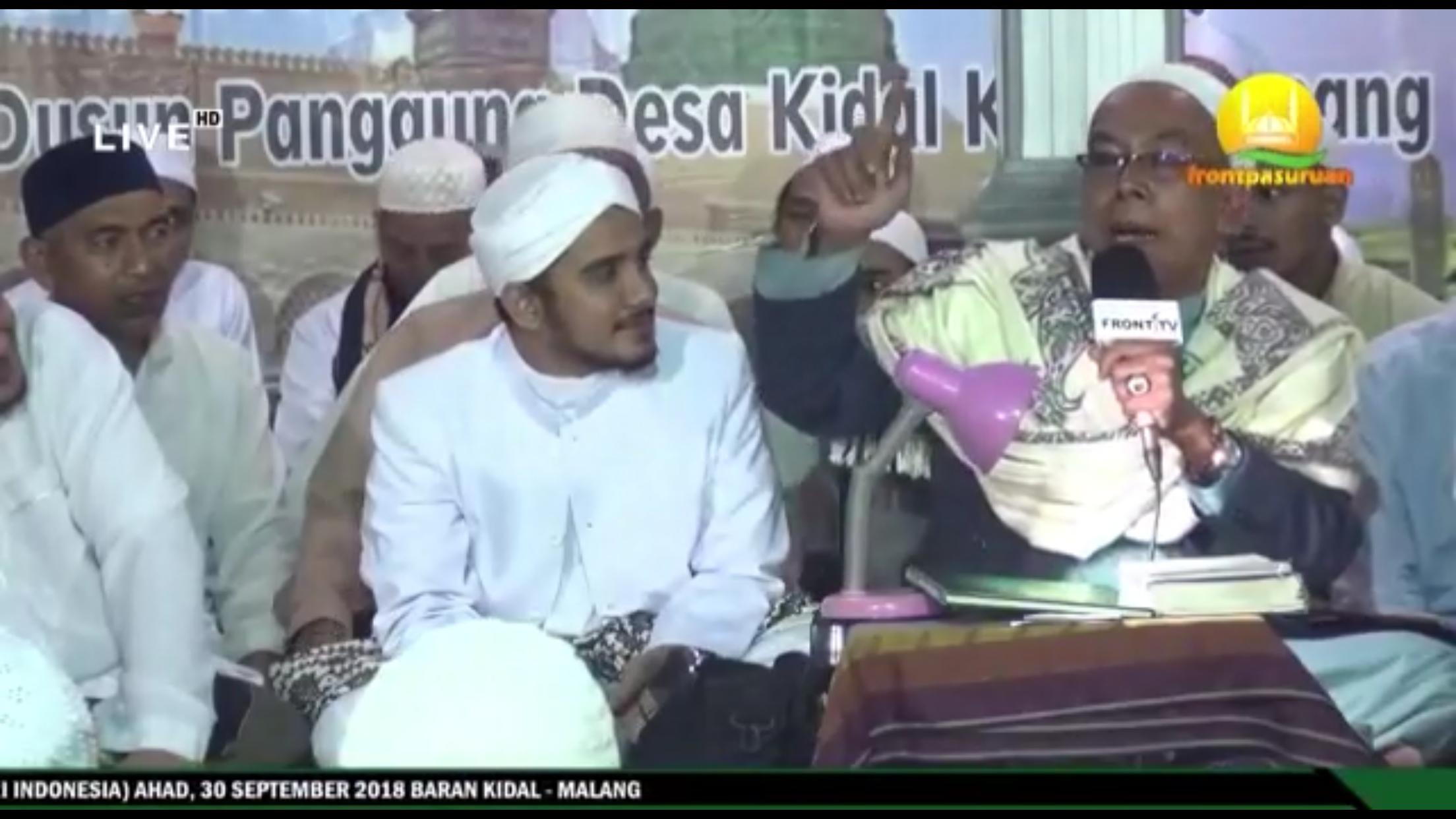 Ustad Sa�adullah Basuni (pegang mic) saat mengisi salah satu kajian, Kecamatan Tumpang (Foto : Screenshoot video)