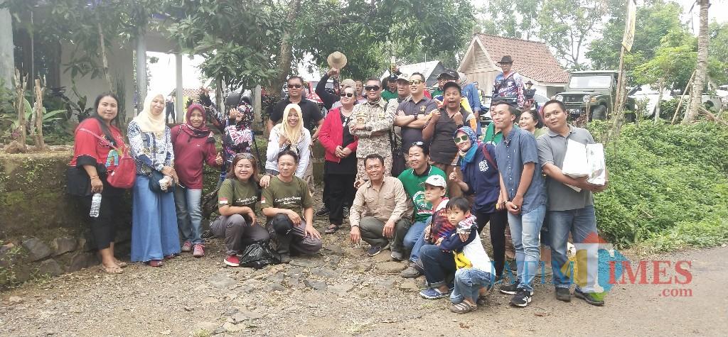 Komunitas Jeepers Situbondo foto bersama di lokasi wisata Djalal Garden. (Foto Heru Hartanto / Situbondo TIMES)