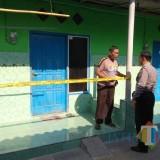 Petugas dari Polres Kediri ketika melakukan olah TKP. (Foto: Ist)