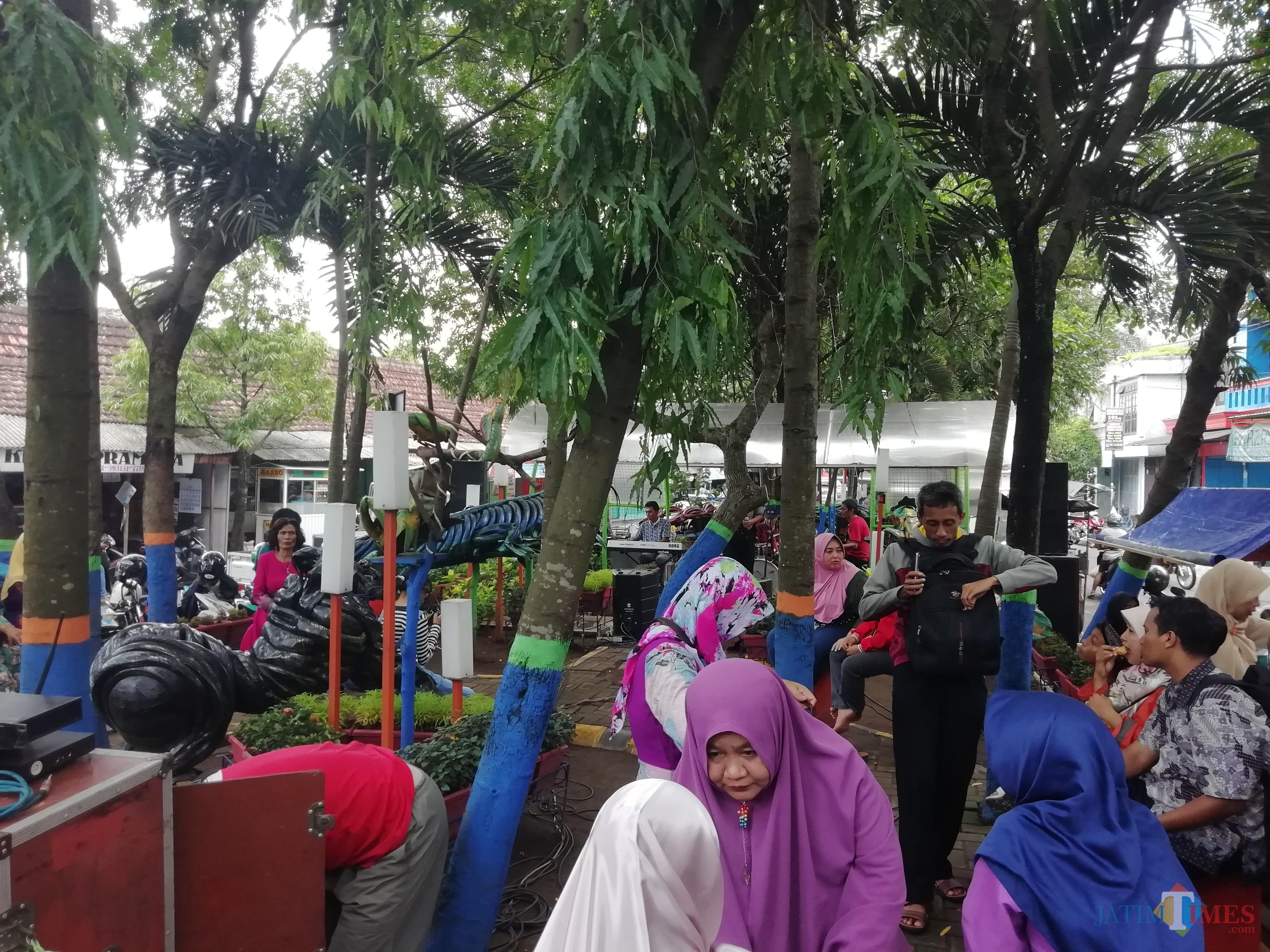 Suasana di Taman Contong Kepanjen, Minggu (06/01) saat acara musik kenangan mengalun.(Nana)
