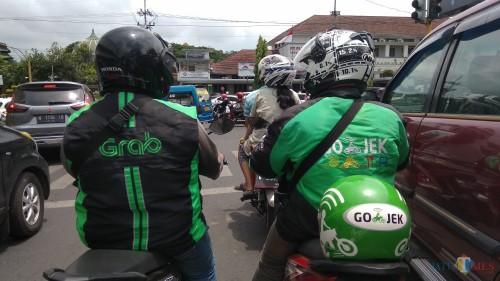 Dua pelaku ojek online yang beroperasi di Kota Malang. (Foto: Nurlayla Ratri/MalangTIMES)