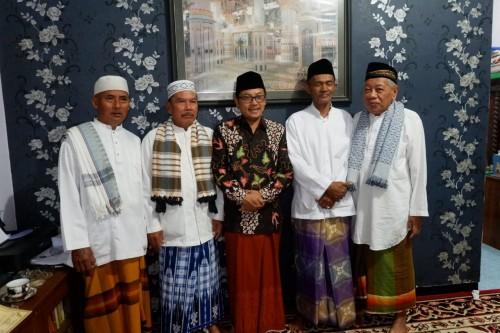 Wali Kota Malang Sutiaji (tengah, kenakan kacamata dan baju koko hitam) (Humas Pemkot Malang for MalangTIMES).