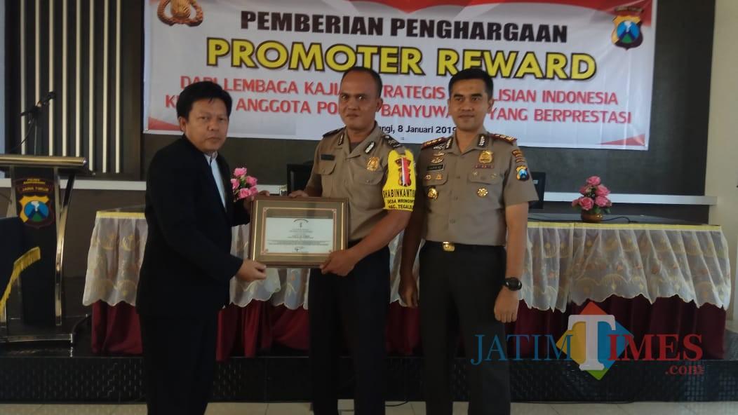 Aiptu Sutomo menerima penghargaan dari Direktur Lemkapi disaksikan Kapolres Banyuwangi AKBP Taufik Herdiansyah Zeinardi