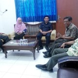 Komisi A DPRD Kota Kediri Ketika ditemui Kabag Humas Pemkot Kediri di ruangannya. (Foto: Ist)
