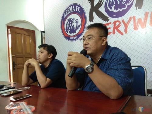 Media Officer Arema FC Sudarmaji (kiri) bersama General Manager Arema FC Ruddy Widodo (Hendra Saputra)