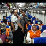 Para mantan anggota DPRD Kota Malang yang menjadi tahanan KPK saat pindah tahanan dari Jakarta ke Surabaya. (Foto: Istimewa)