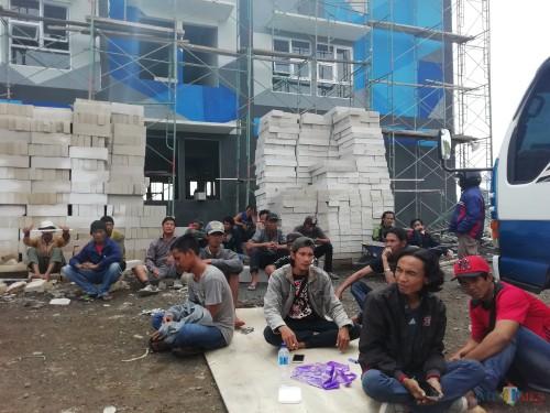Para pekerja pembangunan rusunawa ASN melakukan mogok kerja karena 3 minggu belum dibayar oleh sub-kontraktor, Selasa (8/1). (Nana)