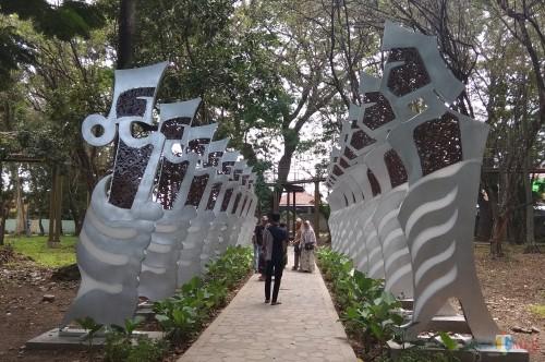 Para pengunjung menikmati suasana Hutan Kota Joyoboyo. (eko Arif s /JatimTimes)
