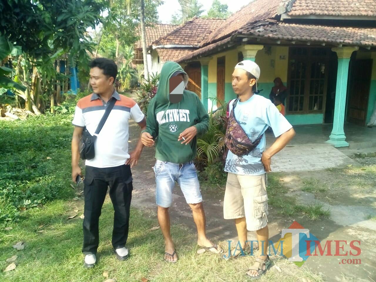 Pelaku saat dijemput petugas. / Foto : Dokpol / Tulungagung TIMES