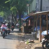 Perlenggkapan pedagang pasar baru yang ditinggal begitu saja di luar pasar sehingga mengganggu keindahan kota (Agus Salam/Jatim TIMES)