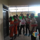 Petugas kepolisian Satreskrim Polres Malang saat melakukan rekonstruksi pembunuhan sadis di Kecamatan Turen, Kabupaten Malang (Foto : Ashaq Lupito / MalangTIMES)