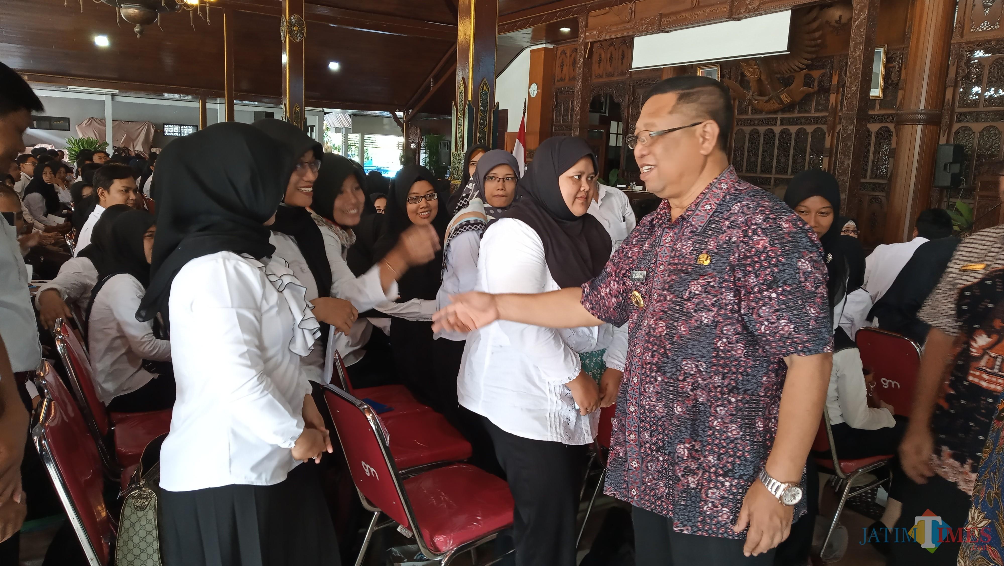Plt Bupati Tulungagung Maryoto Birowo saat memberika selamat kepada CASN yang lolos seleksi. (foto : Joko Pramono/Tulungagungtimes)