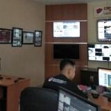 Satgas Cyber Polres Situbondo saat memantau aktivitas medsos di ruang Command Center Polres Situbondo (Foto Heru Hartanto / Situbondo TIMES)