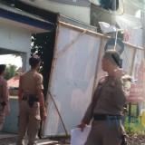 Sejumlah banner ditertibkan oleh Satpol PP Lumajang di pertigaan JLT. (Foto: Pawitra/JatimTIMES)