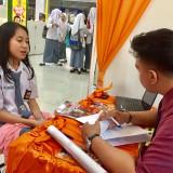 Siswi saat mengunjungi stan untuk mencari informasi di Pameran Pendidikan Lippo Plaza Batu, Selasa (8/1/2018). (Foto: Irsya Richa/MalangTIMES)