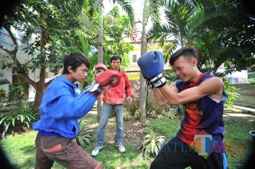 Anak di Kampung Anak Negeri saat sedang berlatih tinju.