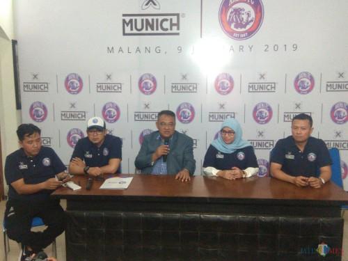 Dari kiri: Media Officer Sudarmaji, Manager Bisnis Yusrinal Fitriandi, General Manager Ruddy Widodo dan dua perwakilan dari Munich-X Indonesia (Hendra Saputra)