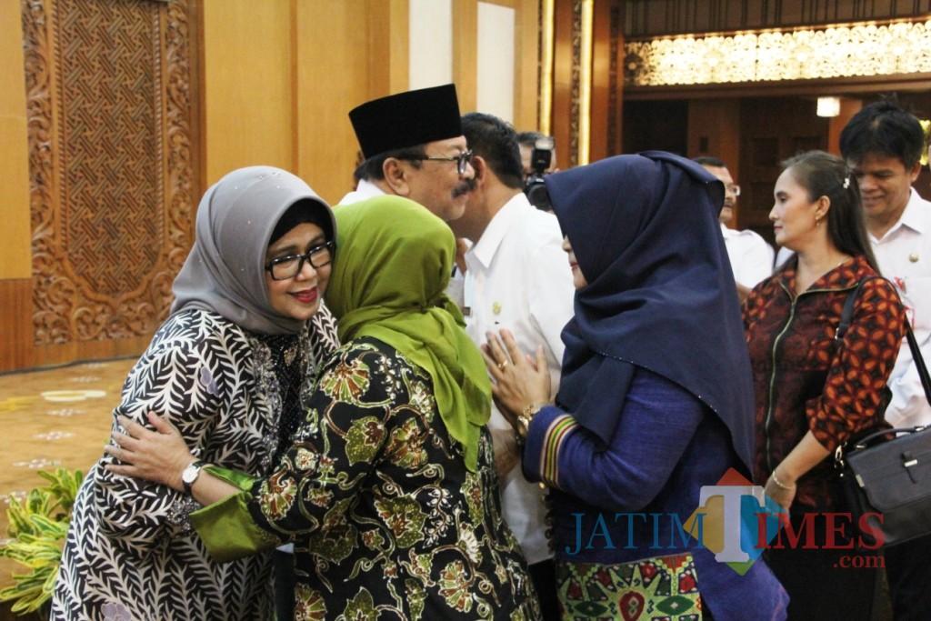 Dr H Soekarwo beserta Ibu Dra Hj Nina Soekarwo bersilaturahmi dengan seluruh staf di lingkungan Pemprov Jatim.