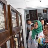 Ibunda Presiden Jokowi, Sujiatmi Notomihardjo, mengamati foto-foto perjuangan Bung Karno di Istana Gebang. (Foto:M.Prayogo/BlitarTIMES)