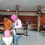 Ilustrasi warga yang tengah menggunakan layanan Kantor Pos Malang. (Foto: Nurlayla Ratri/MalangTIMES)