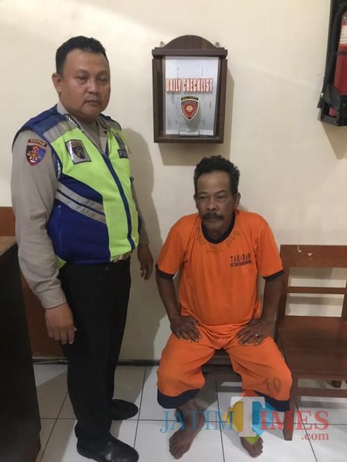 Karim tersangka penggelapan saat diamankan ke Polsek Poncokusumo, Kabupaten Malang (Foto : Polsek Poncokusumo for MalangTIMES)