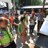 Korban Novi saat hendak memasuki Sentra Pelayanan Kepolisian Terpadu Polres Probolinggo Kota