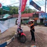 Petugas saat menertibkan Alat Peraga Kampanye yang menyalahi aturan, Kabupaten Malang (Foto : Bawaslu Kabupaten Malang for MalangTIMES)
