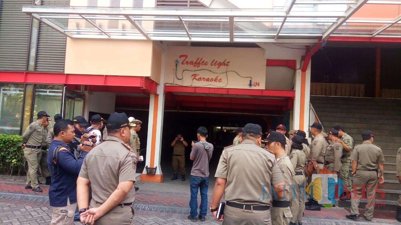 Satpol PP Kota Blitar saat menyegel karaoke Hotel Puri Perdana.(Foto : Aunur Rofiq/BlitarTIMES)