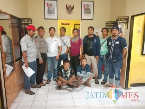 Tersangka pengeroyokan (jongkok) saat diglandang ke Mapolsek Poncokusumo, Kabupaten Malang (Foto : Polsek Poncokusumo for MalangTIMES)