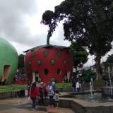 Wisatawan tengah menikmati liburan di Alun-Alun Kota Batu. (Foto: Nurlayla Ratri/MalangTIMES)