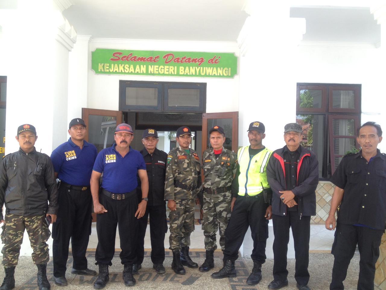 Anggota Forum Penyelamat NKRI saat berada di kejaksaan Negeri Banyuwangi.