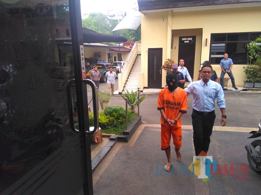 Arif Setiawan (baju orange) tersangka penggelapan dalam jabatan saat diamankan Satreskrim Polres Malang, Kabupaten Malang (Foto : Ashaq Lupito / MalangTIMES)
