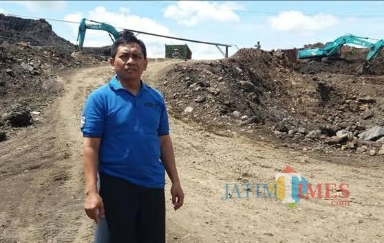 Kepala Bappeda Kabupaten Malang Tomie Herawanto saat berada di lokasi pembangunan jalan tol. (dok MalangTIMES)