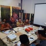 Kepala DLH Agoes Edy P. (paling kanan) saat menemui Komisi C DPRD Kota Malang.(Anggara Sudiongko/MalangTIMES)