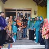 Ketua TP PKK Kota Kediri bersama tim ketika mengunjungi ibu hamil di Kelurahan Ngronggo. (Foto: Ist)
