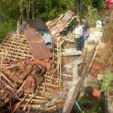 Petugas saat melihat kerusakan akibat puting beliung di Penjor (foto : Joko Pramono/Jatimtimes)