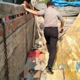 Polisi datangi TKP, tampak satu orang tewas tertimpa lembaran batu marmer (Foto : Dokpol / TulungagungTIMES)