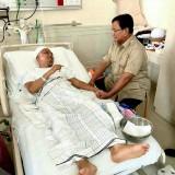 Prabowo saat  menjenguk Ustad Arifin Ilham. (Foto istimewa)