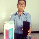 Willy Ariskha FR SH bersama BB nya, pelaku pencurian HP Oppo F9 yang kini ngandang di Mako Polsek Kota
